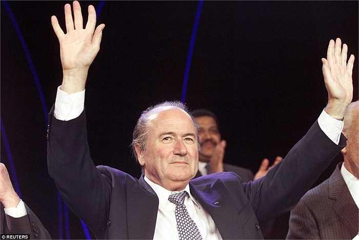 Năm 1998, Sepp Blatter chính thức trở thành người đứng đầu FIFA ở tuổi 52