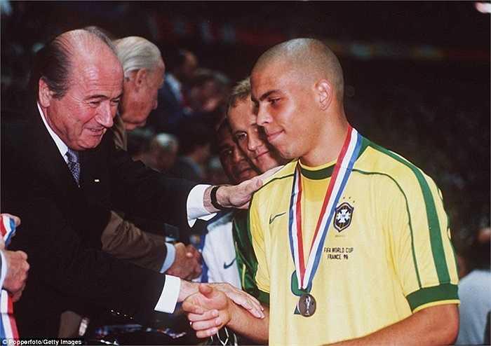 Kỳ World Cup đầu tiên của Sepp Blatter, France 98. Ông trao HCB cho ĐT Brazil