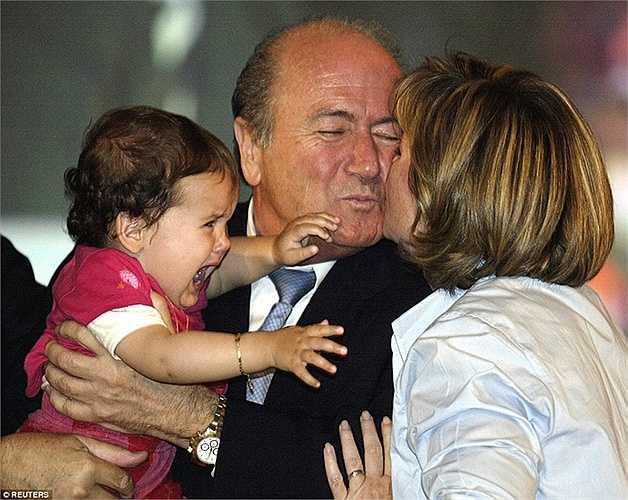 Sepp Blatter bên con gái Corrine và cháu ngoại Selina tại Seoul năm 2002