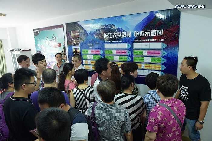 Người thân chờ đợi tại trung tâm tiếp nhận thông tin ở Đông Nam tỉnh Phúc Kiến
