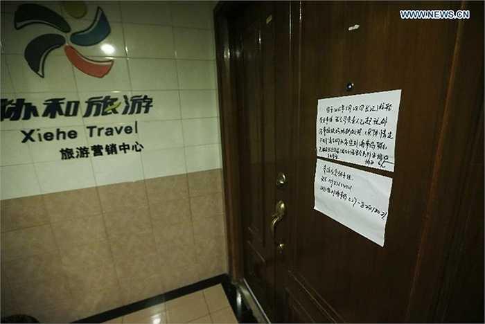 Cánh của đóng kín của công ty du lịch Xiehe, đơn vị thuê tàu đi trên sông Trường Giang và gặp nạn
