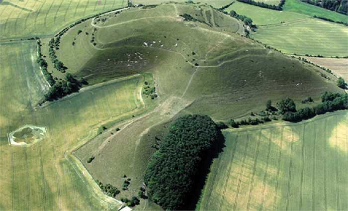 Warminster, Wiltshire, Vương quốc Anh. Đây là nơi tọa lạc của bãi đá cổ Stonehenge và vòng tròn bí ẩn Silbury Hill - những dấu vết của người ngoài hành tinh nổi tiếng nhất thế giới