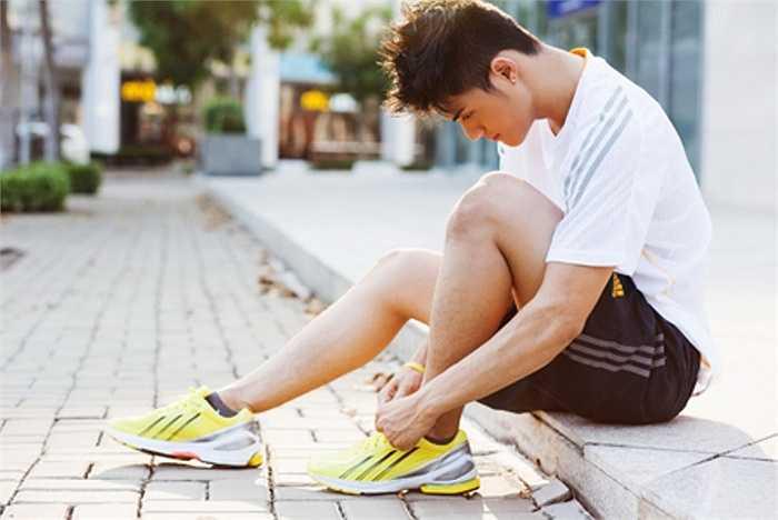 1. Đi sai giày không chỉ là lỗi thường gặp của nhiều người khi chạy bộ. Lỗi thường mắc khi đi giày đó là việc đi sai cỡ, giày quá cũ, mòn đế... có thể dẫn đến tổn thương cho bạn trong quá trình luyện tập.