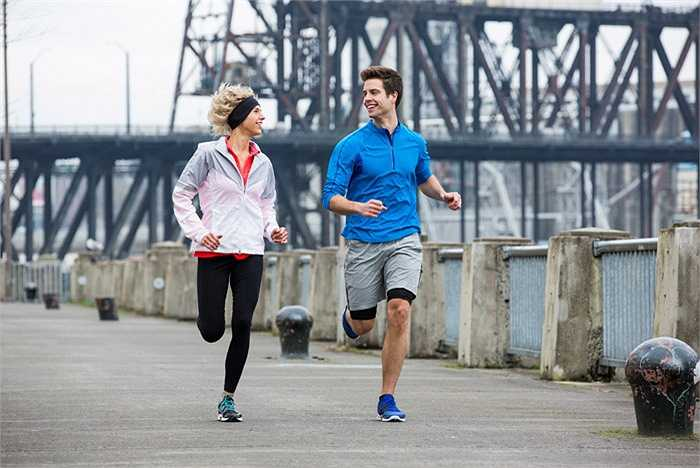 2. Chạy quá sức: Thường gặp phần lớn ở những người bắt đầu luyện tập. Đối tượng này thường phấn khích và hứng thú cao độ. Nhưng họ không biết điều này có thể gây chấn thương, đau cơ, mất nước, mất sức trầm trọng.