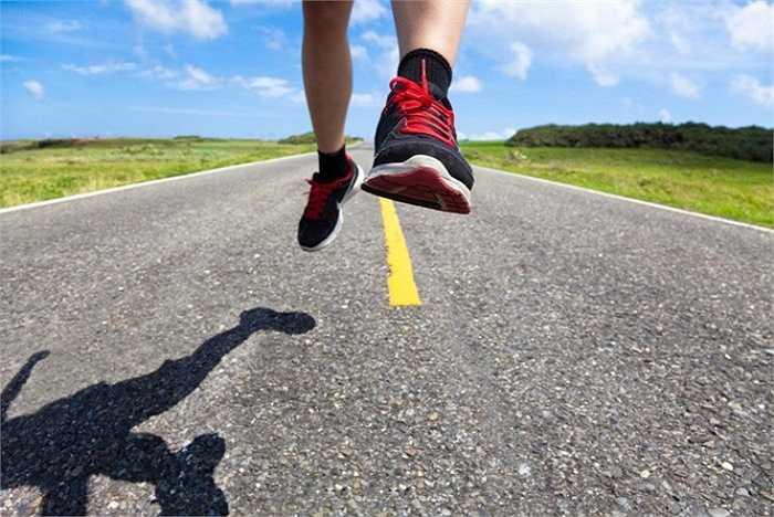 11. Chạy trên địa hình xấu: Việc chạy trên những địa hình xấu, không bằng phẳng… không hề có tác dụng giảm cân mà còn khiến bạn bị chấn thương như bong gân chân, chệch khớp cổ chân…