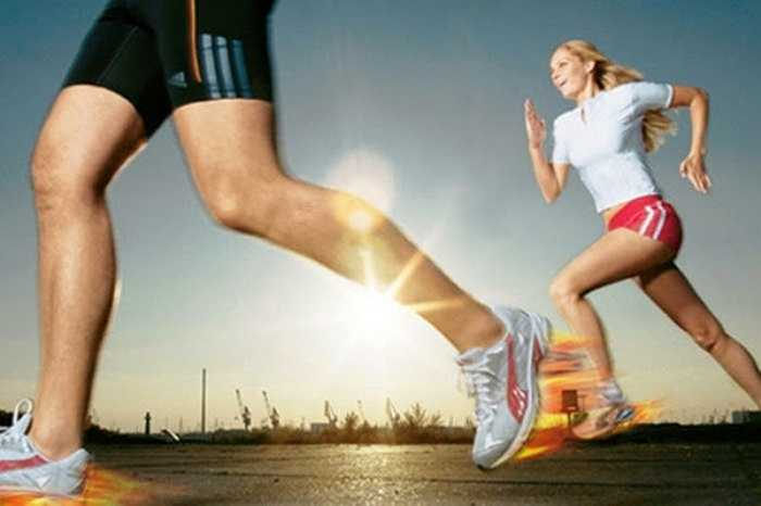 3. Sải chân quá rộng: Nhiều người cho rằng việc sải chân rộng sẽ giúp chạy nhanh hơn và hiệu quả hơn, tuy nhiên điều này lại hoàn toàn sai, mà thay vào đó việc chạy với sải chân rộng sẽ khiến bạn 'lãng phí' năng lượng.