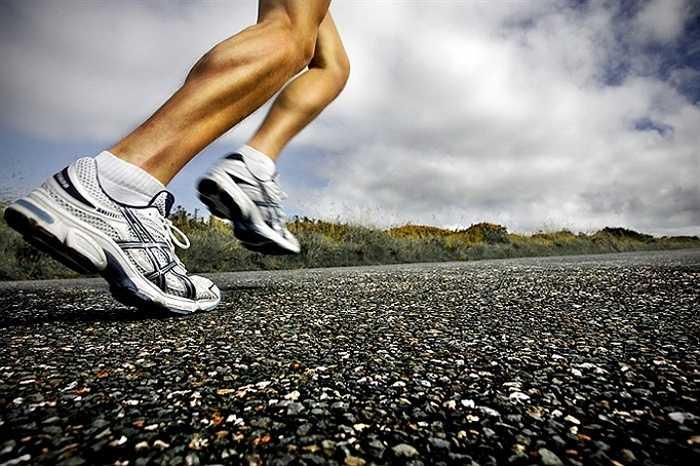4. Khi chạy xuống dốc, bạn thường có thói quen chạy nhanh, lao về phía trước và không chú ý đến việc giảm tốc độ. Điều này có thể khiến cho cơ thể bạn mất sức, tổn thương cơ và dễ bị ngã.