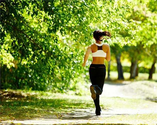 6. Mặc sai trang phục: Điều này tưởng như không liên quan nhưng từ chất liệu, kích cỡ, mặc quá ít hay quá nhiều quần áo… cũng ảnh hưởng đến sức khoẻ cũng như hiệu quả của việc chạy bộ.