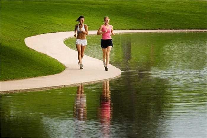 7. Chạy quá nhanh ngay khi bắt đầu: Điều này sẽ khiến bạn mau mất nước trước khi về tới đích. Đặc biệt việc chạy nhanh ngay từ khi vừa bắt đầu chạy cũng sẽ khiến bạn dễ tổn thương chân.