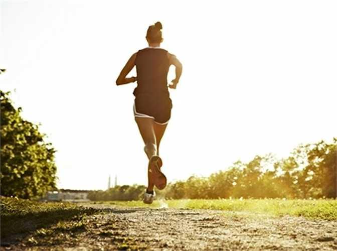 9. Vị trí tay: Một số người trong quá trình chạy thường đánh tay quá mạnh, một số khác lại vung tay quá cao. Điều này khiến cho việc di chuyển của cơ thể trở nên nặng nề và nhanh xuống sức, hiệu quả tập luyện không cao.