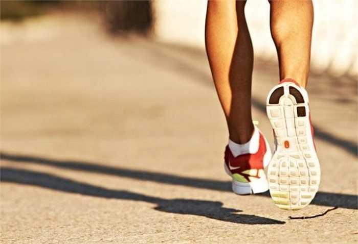 10. Ăn trước hay sau khi chạy: Nhiều bạn quan niệm rằng trước khi chạy nên nhịn đói để đốt cháy carb, sau khi ăn nên chạy bộ để giảm mỡ thừa. Nhưng như vậy có thể khiến bạn bị đột quỵ nếu quá đói, tổn thương dạ dày, hệ tiêu hoá khi đã ăn no.