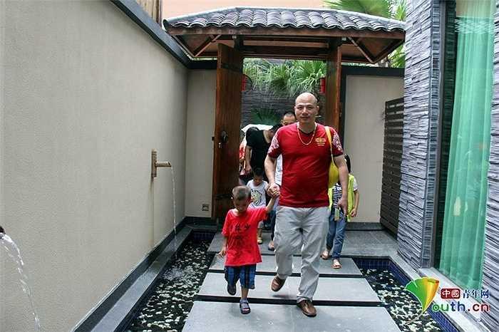 Các bậc phụ huynh quan niệm, khi đưa con vào một biệt thự đẹp sẽ giúp trẻ có mong muốn một biệt thự như vậy. Từ đó, trẻ sẽ có động lực để cố gắng