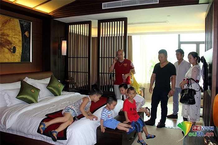 Trẻ em không chỉ ngắm mà còn được tận mắt chạm tay, ngồi lên những chiếc nệm đắt tiền trong biệt thự