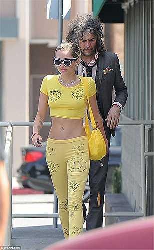 Miley Cyrus tự tin thả rông trên phố khi đi ăn trưa cùng trường nhóm Flaming Lips,  Wayne Coyne ở Los Angeles. Giọng ca Wrecking Ball gây chú ý khi diện chiếc áo croptop màu vàng nổi bật.