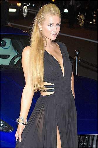 Cô nàng tiệc tùng Paris Hilton khoe vòng 1 lép kẹp không nội y trong một đêm tiệc.