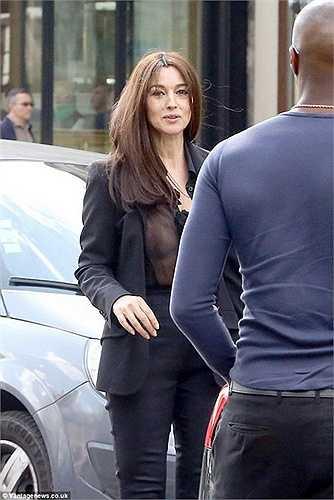Biểu tượng màn bạc Ý, Monica Bellucci không chịu thua kém đàn em khi diện mốt không nội y ra phố.