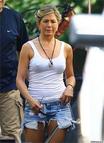 Vòng 1 của Jennifer Aniston lộ rõ sau lớp áo ba lỗ.
