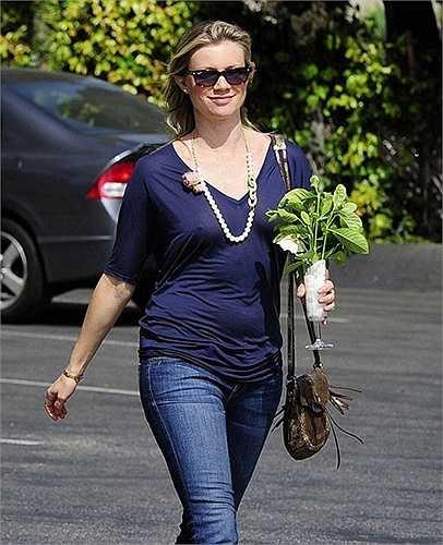 Ngôi sao 'Kẻ lập dị' Amy Smart thoải mái tung tăng dạo phố dù không mặc áo ngực.