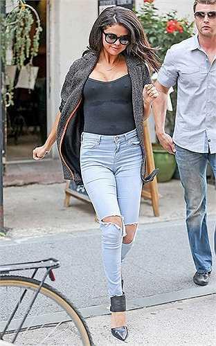 Bạn gái cũ của Justin Bieber vô cùng gợi cảm khi diện chiếc áo thun màu đen mỏng tang.