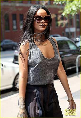 Rihanna táo bạo thả rông ngực trên đường phố.