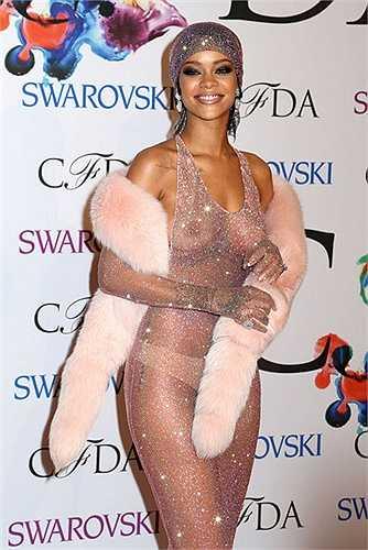 Ngay cả khi tham dự sự kiện, Rihanna cũng diện mốt không nội y