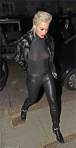 Nữ ca sĩ Rita Ora bị chỉ trích khi diện chiếc áo quá mỏng làm lộ rõ gò bồng đảo dưới ánh đèn flash.
