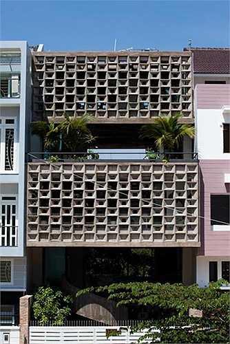 Tùy thiết kế, kiến trúc sư tạo dựng những loại lam khác nhau, về độ dày, hình dáng (đứng, ngang, chia ô nhỏ)... sao cho tương hợp với không gian riêng và tổng thể của ngôi nhà. Ngoài ra, có thể sử dụng hoa bê tông nhấn nhá cho ngôi nhà.