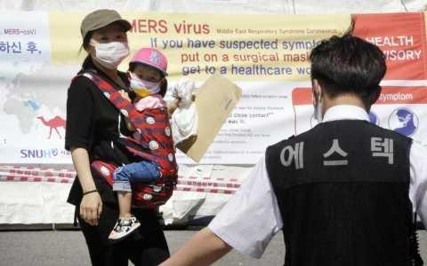Một bà mẹ Hàn Quốc cùng con gái đeo khẩu trang phòng chống MERS