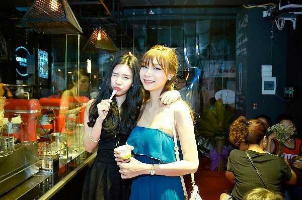 Hot girl Thanh Bi và 'siêu nhân' Quỳnh Mun tạo dáng nhí nhảnh khi cùng nhau thưởng thức những ly kem mát lạnh