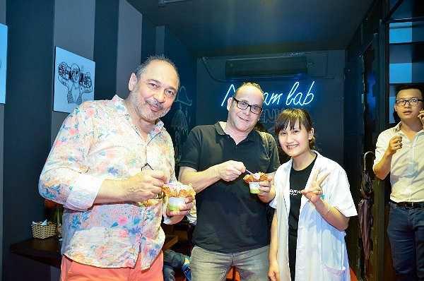 Rất nhiều du khách nước ngoài khi đến Việt Nam cũng lựa chọn những quán kem ngon để thưởng thức