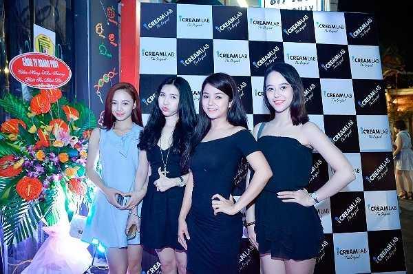 Các hot girl Hà Thành như tìm được không gian dành riêng cho giới trẻ, thế giới của check-in và thoái mái tự sướng (selfire) theo cách của mình.