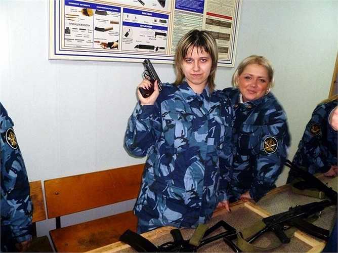 Tạo dáng cùng khẩu súng ngắn