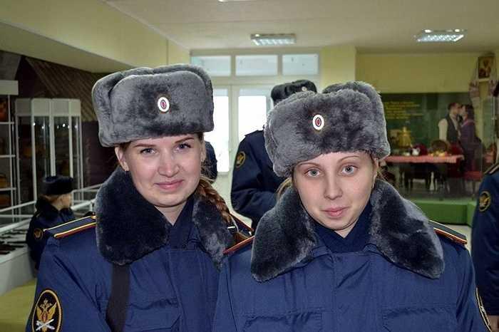 Trang phục mùa đông với mũ lông dành cho các quản giáo nữ
