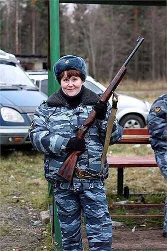 Nữ quản giáo làm dáng với súng trường