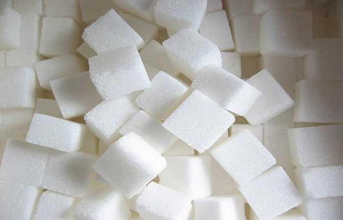 Đường: Đường là một loại thực phẩm rất tốt cho tiêu hóa, giúp cơ thể hấp thụ thức ăn. Nhưng nếu đang đói bụng mà bạn lại ăn những loại thực phẩm chứa nhiều đường, tức là bạn đang làm tổn hại đến cơ thể và sức khỏe. Vì khi đó, lượng đường trong máu của bạn tăng cao đột ngột nên dễ mắc bệnh không có lợi cho cơ thể.