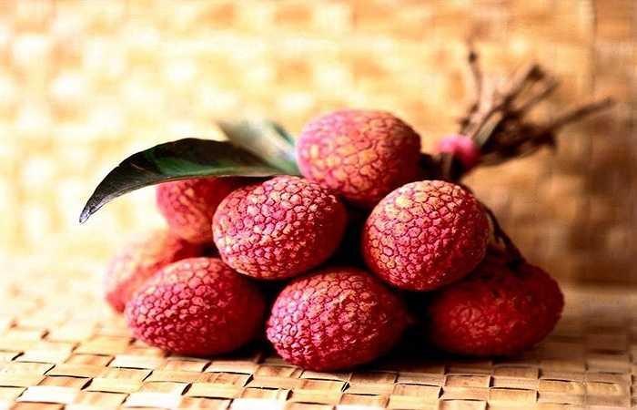 Mía và vải: Vải chứa hàm lượng đường rất cao. Vì vậy, khi đói bụng tuyệt đối không được ăn nhiều mía và vải, nếu không có thể sẽ bị ngất vì hàm lượng đường trong máu đột ngột tăng cao.