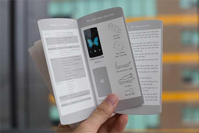 Sách hướng dẫn sử dụng được làm vừa bằng chiếc Bphone với thông tin chi tiết về cấu hình và phụ kiện.