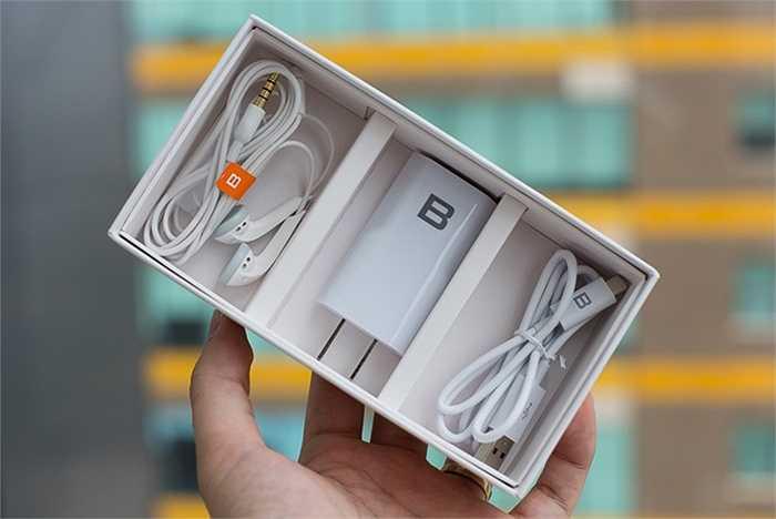 Mẫu Bphone được 'mở hộp' là phiên bản 16GB với mức giá niêm yết 9,9 triệu đồng (chưa VAT). Phụ kiện sẽ có tai nghe dạng thường, cáp microUSB và củ sạc.