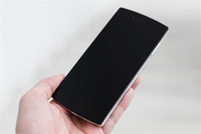 Có khung viền kim loại như thiết kế của iPhone 4 hay 4S, nhưng cảm giác cầm Bphone dễ chịu hơn nhờ phần viền bo nhẹ ở các mép khiến máy không cấn tay.