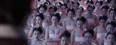 Đây là lần đầu tiên một bộ phim cổ trang Hàn có phân cảnh khêu gợi như vậy. Theo mệnh lệnh của nhà vua tàn bạo nhất lịch sử Korea – vua Yeonsangun, 1 vạn thiếu nữ đến từ các vùng miền đã bị triệu tập, ép vào cung. Họ phải diện những bộ hanbok không theo truyền thống với phần áo ngực bị hở đến phân nửa.