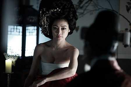 Nhân vật quý phi Thục dung Trương Lục Thủy do Cha Ji Yeon thủ vai cũng có cảnh quay khêu gợi. Cô diện hanbok mỏng tang, để lộ gần nửa bầu ngực.