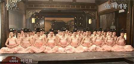 Những bộ hanbok không có áo khoác ngoài (gọi là jeogori) khiến cảnh tượng các cung nữ chỉ mặc phần váy càng trở nên khêu gợi.