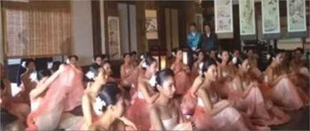 Nhà sản xuất bộ phim đã tuyển chọn 1 vạn cô gái trẻ vào vai quần chúng. Trang phục hanbok được may đồng loạt. Cách búi tóc cũng giống hệt nhau, tạo nên một sự đồng nhất.