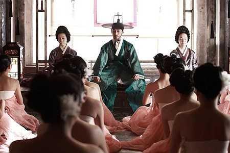 Cảnh quay các cung nữ chỉ mặc váy hanbok.
