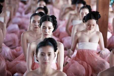 Từ diễn viên nữ chính đến các diễn viên quần chúng đều phải chấp nhận mặc những chiếc váy hanbok hở hang.