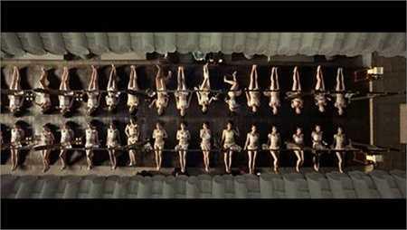 Cảnh quay các cung nữ ngâm mình dưới bồn tắm được quay từ trên cao xuống.