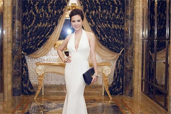 Tối 03/06 vừa qua, hoa hậu Thu Hoài đã tham dự buổi tiệc sang trọng cùng Mr Đàm, vợ chồng MC Bình Minh..