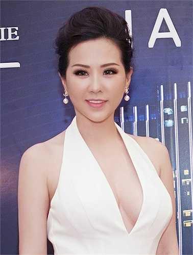 Hoa hậu Phu nhân người Việt 2012 còn táo bạo 'thả rông' vòng một.