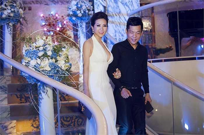 Đi kèm với bộ váy gợi cảm, hoa hậu Thu Hoài chọn phụ kiện ví da cá sấu phiên bản limited của Louis Vuitton có gía lên đến 300 triệu đồng và trang sức của Dior.