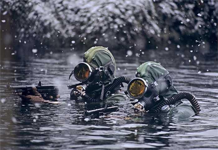 Các binh sỹ của hạm đội làm nhiệm vụ dưới nước ở Biển Barents